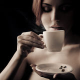dricka kvinna för härligt kaffe Arkivbilder