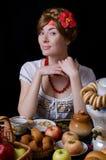 dricka kvinna för rysssamovartea Arkivfoton