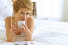 dricka kvinna för underlagkaffe Royaltyfri Bild