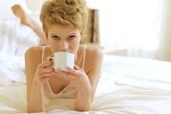dricka kvinna för underlagkaffe Royaltyfri Foto