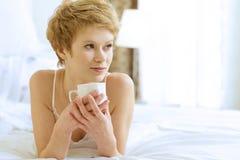 dricka kvinna för underlagkaffe Arkivfoto
