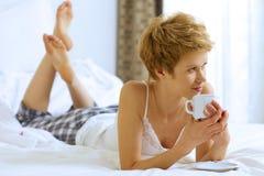 dricka kvinna för underlagkaffe Arkivbilder