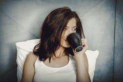 dricka kvinna för underlagkaffe Royaltyfria Bilder