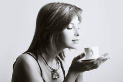 dricka kvinnabarn för kaffe royaltyfri bild