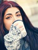 dricka kvinnligbarn för kaffe Arkivbild