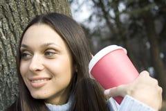 dricka kvinnligpark för kaffe Royaltyfria Foton