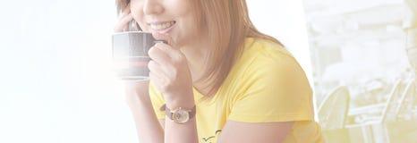dricka kvinnor för kaffe Arkivfoton