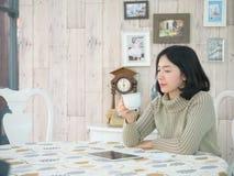 dricka le kvinna för härligt kaffe Arkivfoton