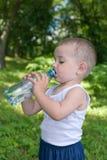 dricka litet barnvatten Arkivfoto