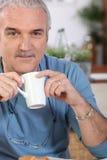 dricka man för kaffe royaltyfria foton
