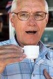 dricka manpensionär för kaffe Arkivbilder