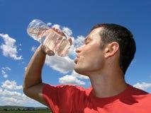 dricka manvatten Arkivbild