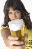 dricka nätt flickaexponeringsglas för öl Arkivfoto