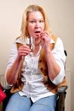 dricka pill någon vattenrullstolkvinna Royaltyfri Foto