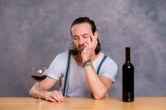 Dricka rött vin för ung man Arkivbilder