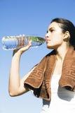 dricka sexig vattenkvinna för övning Arkivbilder