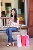dricka shoppingkvinna för kaffe Fotografering för Bildbyråer