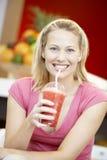 dricka smoothiekvinna för bär Royaltyfria Bilder