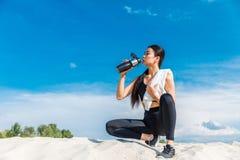 dricka sportswomanvatten arkivbilder