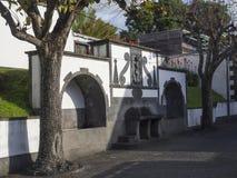 Dricka springbrunn för historiskt offentligt vatten på den huvudsakliga fyrkanten i mitten av den Vila Franca do Campo staden som royaltyfri foto