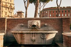 Dricka springbrunnen i Rome, Italien royaltyfria bilder