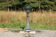Dricka springbrunnen som förläggas i ett naturligt, parkera reservationsträdgården Arkivfoto