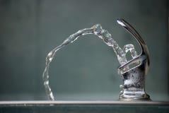 dricka springbrunnvatten Fotografering för Bildbyråer