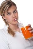 dricka sund kvinna för fruktsaftlivsstilserie Arkivbild