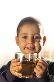Dricka tea för barn Royaltyfri Fotografi