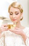 Dricka tea för flicka royaltyfria bilder