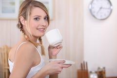 Dricka tea för kvinna Royaltyfri Fotografi