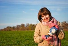 dricka teabarn för flicka utomhus Arkivbilder