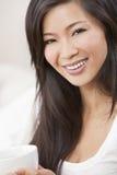 Dricka Teakaffe för härlig kinesisk kvinna Arkivfoto