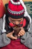 dricka teakvinna arkivfoton