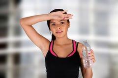 dricka tonåringvatten Arkivbild