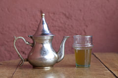 Dricka traditionell tea i Marrakesh Marocko Arkivbilder