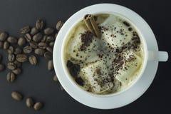Dricka varm choklad med marshmallower och kanel på svarten Royaltyfri Bild