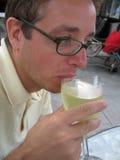 dricka vit wine för man Royaltyfri Foto