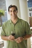 dricka wine för man utomhus Arkivfoton