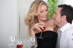 Dricka wine för par Arkivfoto