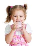 Dricka yoghurt för unge från exponeringsglas Arkivbilder