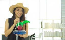 dricker den h?rliga kvinnan f?r 20-tal i kontoret royaltyfri bild