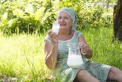 dricker den nya kvinnlign mjölkar pensionärer Arkivfoto