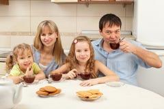 dricker lycklig tea för familj Arkivfoto