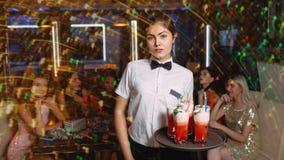 Dricker roligt uteliv för vänklubbaparti livsstil arkivfoton