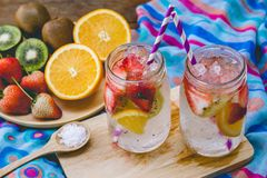 Dricker söt sodavatten för jordgubben och för frukt för hälsa på sommar royaltyfri fotografi