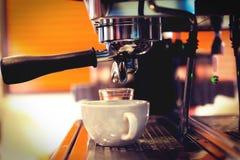 Dricker yrkesmässigt kaffe för den Coffe manchinen kaffet att innehålla Arkivbilder