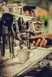 Dricker yrkesmässigt kaffe för den Coffe manchinen kaffet att innehålla Royaltyfri Fotografi