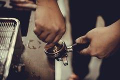 Dricker yrkesmässigt kaffe för den Coffe manchinen kaffet att innehålla royaltyfria foton