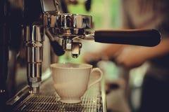 Dricker yrkesmässigt kaffe för den Coffe manchinen kaffet att innehålla Royaltyfri Bild